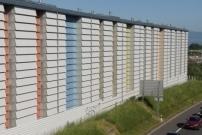 <h5>Les Grangettes - Vivre sans bruit à côté de l'autoroute c'est possible, grâce à cette façade anti-bruit, une première suisse développée par Marmillod SA.</h5>